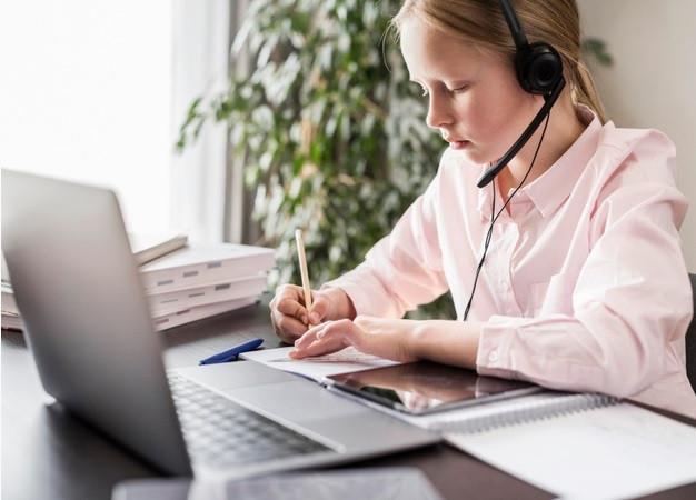 menina estudando com laptop