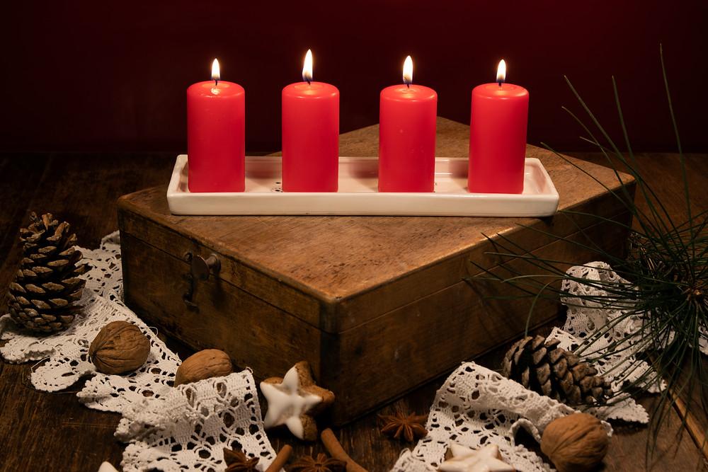 Použití tácku jako adventní svícen