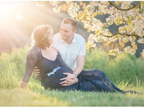 Babybauchshooting in der Kirschblütenpracht in Oberhof Kanton Aargau