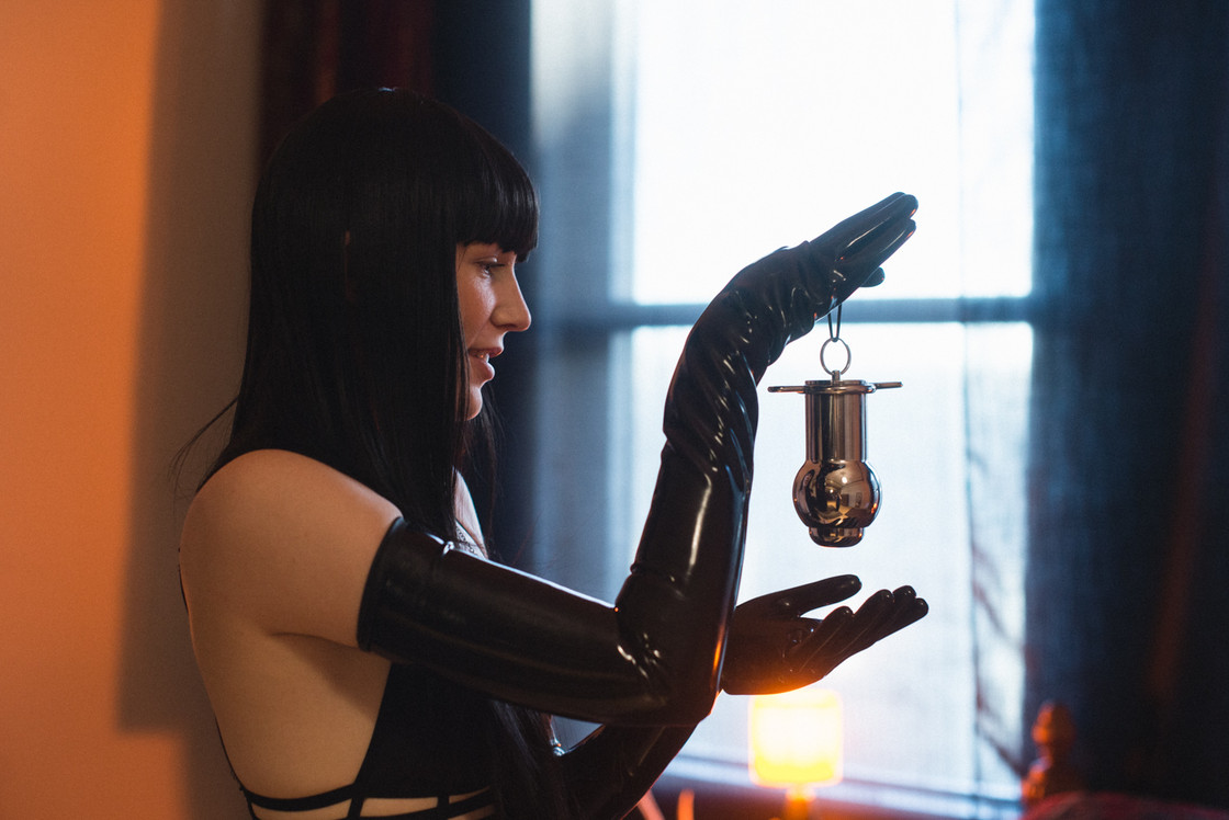 Goddess-Faustine-Cox-San-Francisco-Dominatrix-steel-buttplug-latex-gloves-dungeon-kink