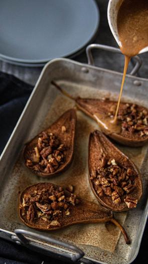Paahdetut päärynät pekaanilla ja manteli-kinuskilla