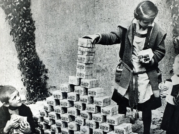 German children playing with worthless marks banknotes