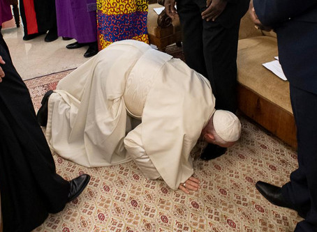 Pope Francis kneels to kiss the feet of  South Sudan leaders