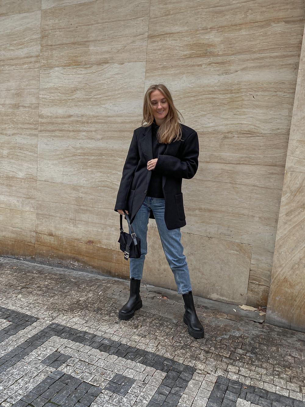 Zbytek outfitu se skládá z kabátového saka z Textil house za 20 kč (!!!), vlněný svetr s rolákem z Arket a džínů z Levi's. No a vintage kabelky Fendi.