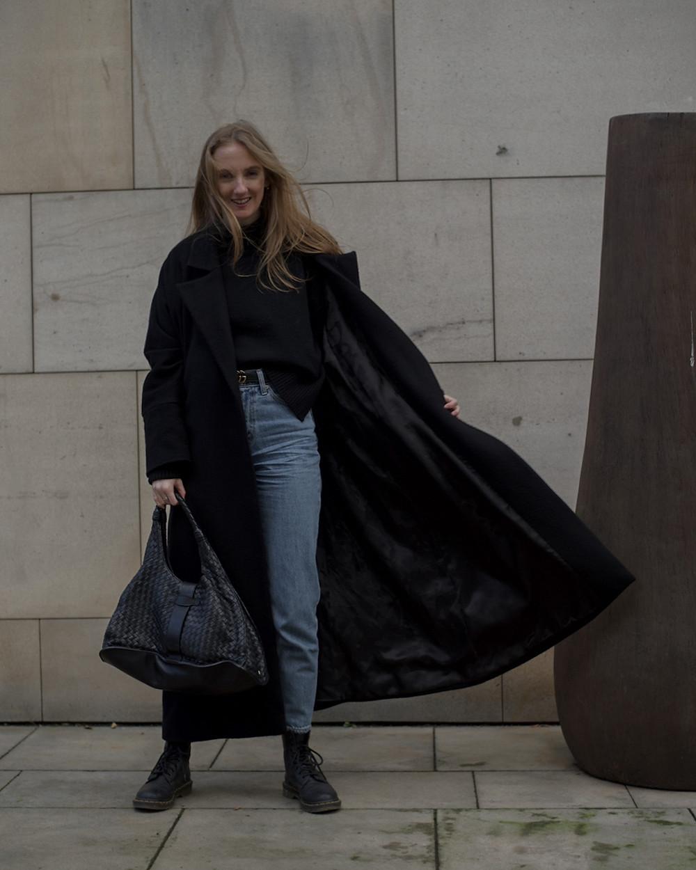 Kabát TAM-ARA // Džíny Levi's // Boty Dr.Martens // Pásek Gucci // Kabelka Bottega Veneta // Svetr Arket