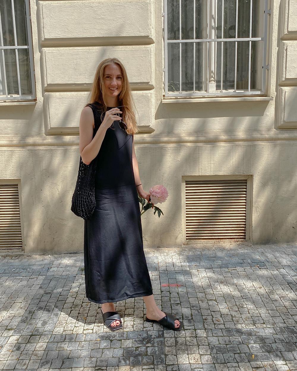 Šaty jsou od české designérky Majoránka