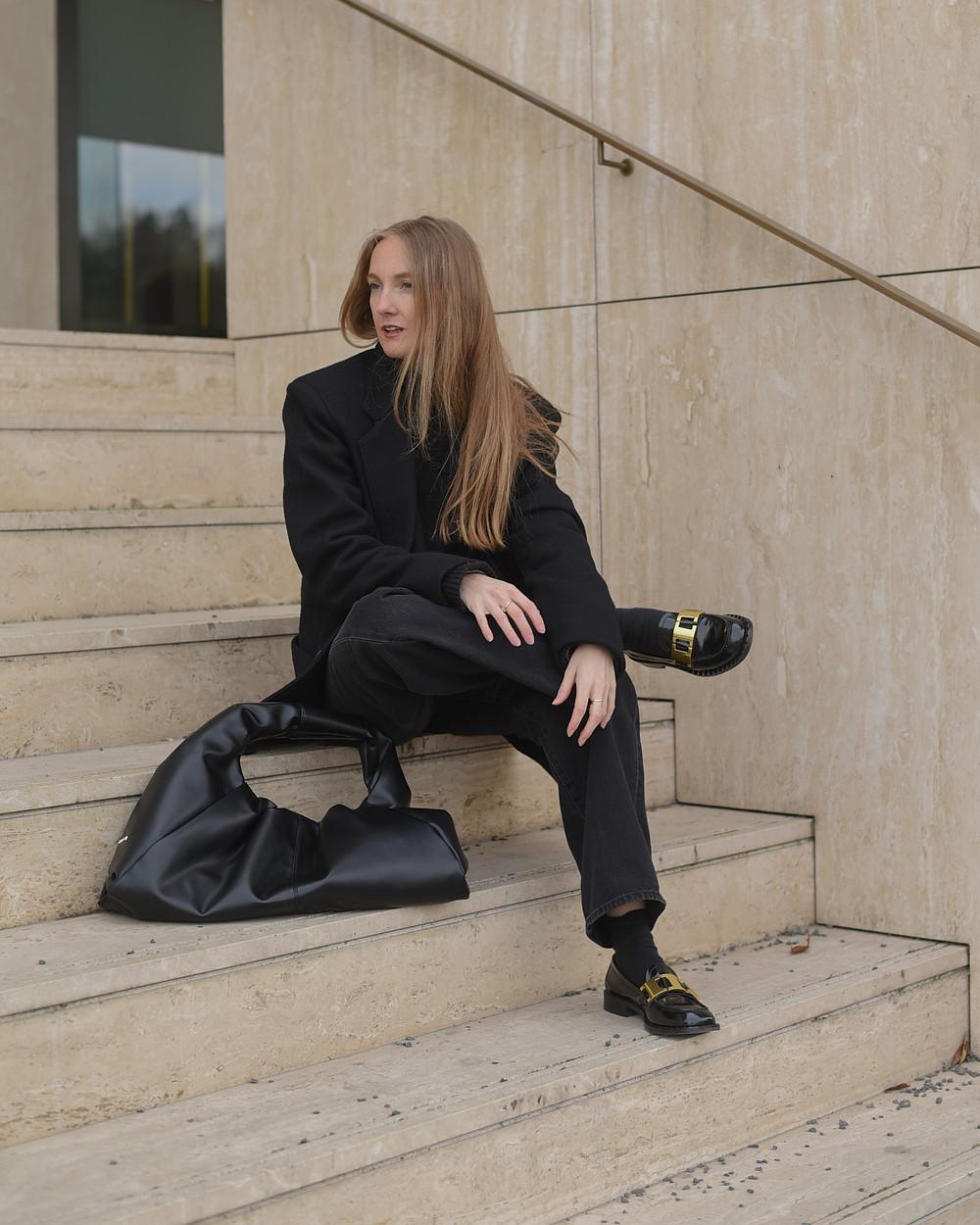 Allblack outfit s výraznými doplňky. Kabelka a boty Gino Rossi (CCC shoes), džíny Levi's a sako ze sekáče.
