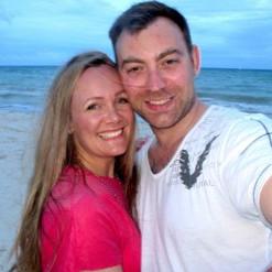 Roy-og-Vivian-på-stranda-i-Mexico-1024x