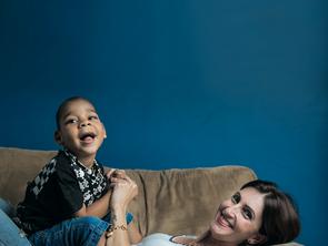 Bebês com microcefalia rejeitados ganham famílias adotivas