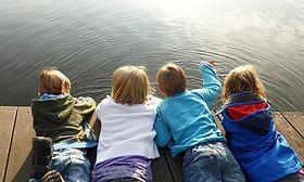 kinderen aan waterrand.jpg