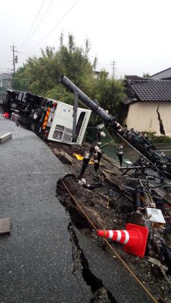 2016年4月、熊本地震発災直後、益城町役場裏