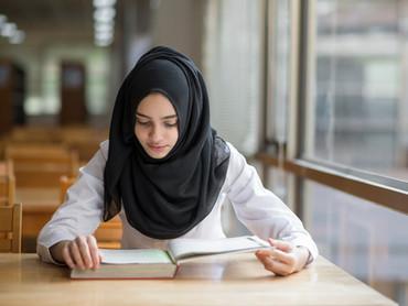 Jeune fille musulmane étudiant