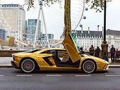 Lamborghini_Chrome_Gold_Wrap.webp