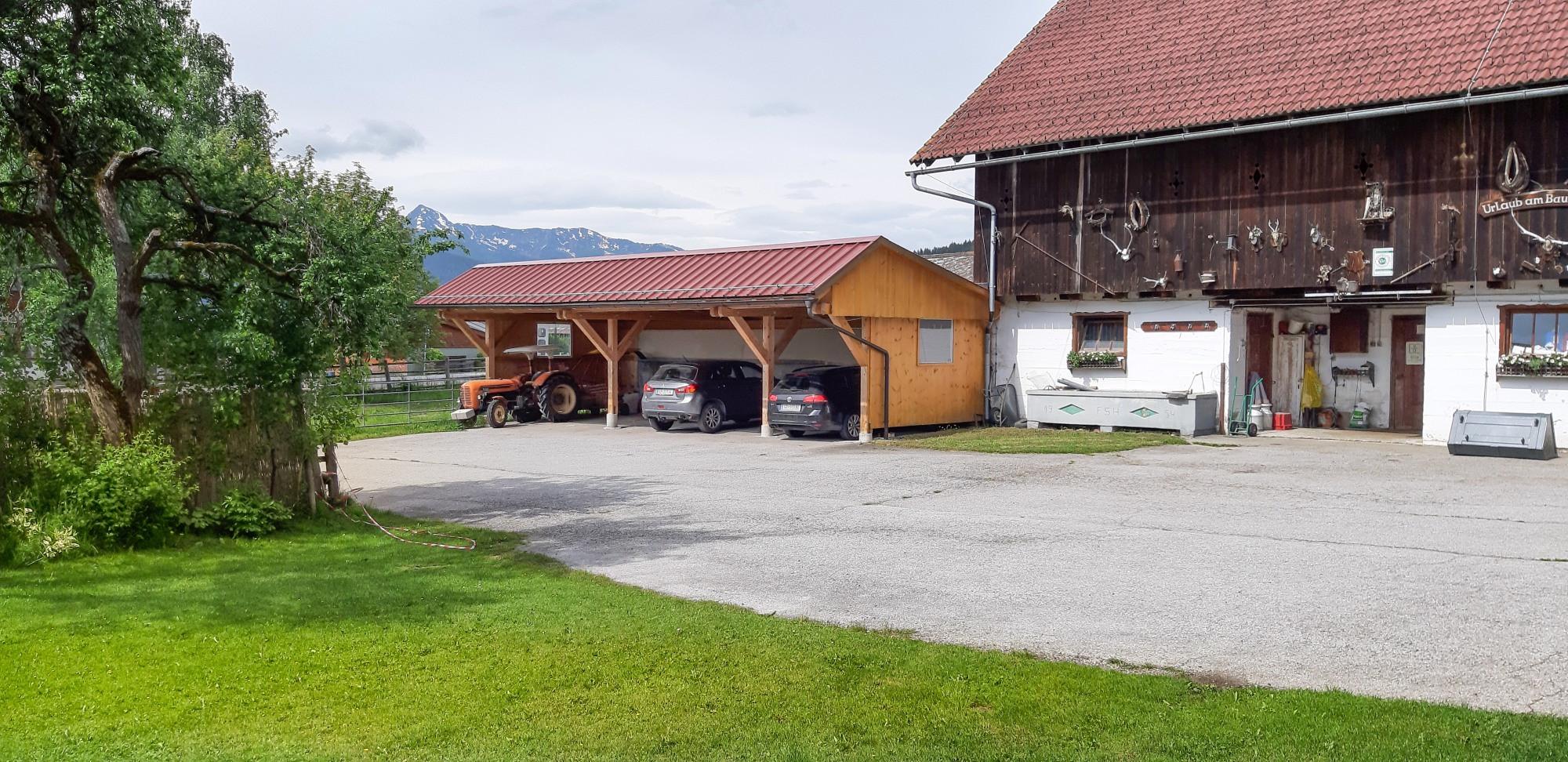 Parkplatz Carport Hof.jpg