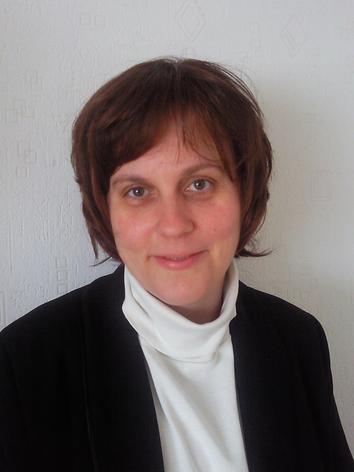 Aleksandrina Stoyanova-Christen  Apprentie développement d'intelligence artificielle, PhD en chimie quantique Passionnée par les sciences exactes, Aleksandrina a choisi un parcours dans le domaine de la chimie, puis la chimie quantique. Après sa thèse au sein de l'Université de Groningen, Pays-Bas, sur le développement de méthodes de la chimie quantique pour la structure électronique de matériaux à fortes corrélations électroniques, elle s'est engagée dans la recherche scientifique à l'Institut Max-Planck de physique des systèmes complexes, Dresde, Allemagne pour développer de nouveaux formalismes quantiques basés sur la théorie de la fonction d'onde afin de décrire les états de quasi-particules d'isolants et de semi-conducteurs. Faisant partie importante de ses recherches, le traitement de données est devenu ensuite une ligne directrice dans son évolution vers le domaine de la science de données et l'intelligence artificielle. Arrivée au printemps 2021 en tant qu'apprentie en intelligence artificielle, elle travaille sur l'intégration de nouvelles technologies d'intelligence artificielle dans son domaine de prédilection, la chimie. Aleksandrina voudra combiner à long terme sa passion pour les ordinateurs quantiques avec ses nouveaux acquis en intelligence artificielle afin de résoudre les questions fascinantes de la chimie en flux continu.
