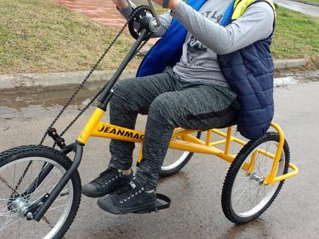 Se entregó la bicicleta adaptada de Jean Maggi