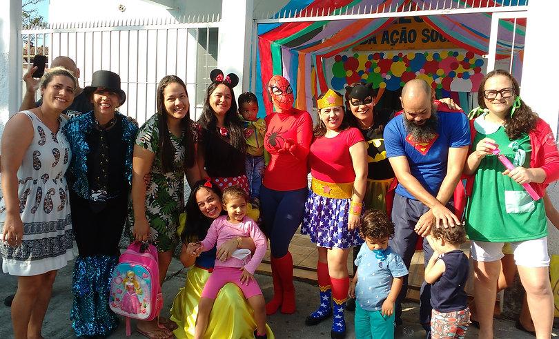 Cuidadores e crianças em um momento de festa na creche.