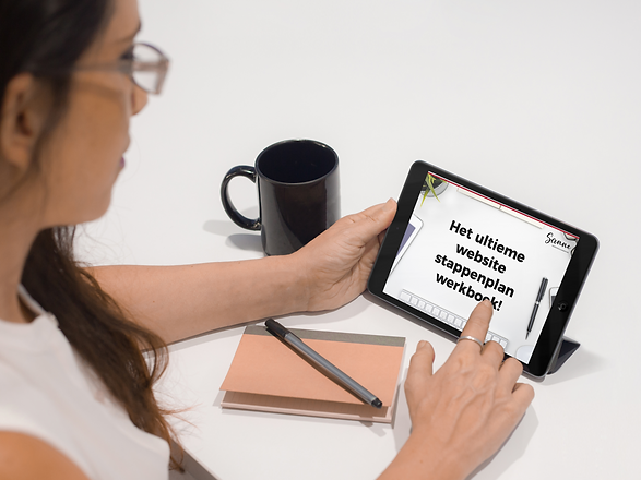 tablet-mockup-featuring-a-businesswoman-