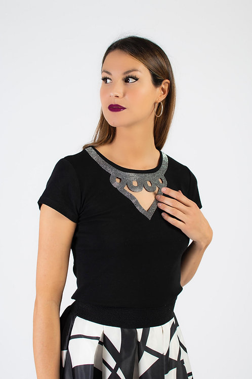 T-shirt con applicazione gioiello accompagnata da maxi gonna in seta fantasia