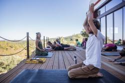 Yogaklasse auf der Terrasse