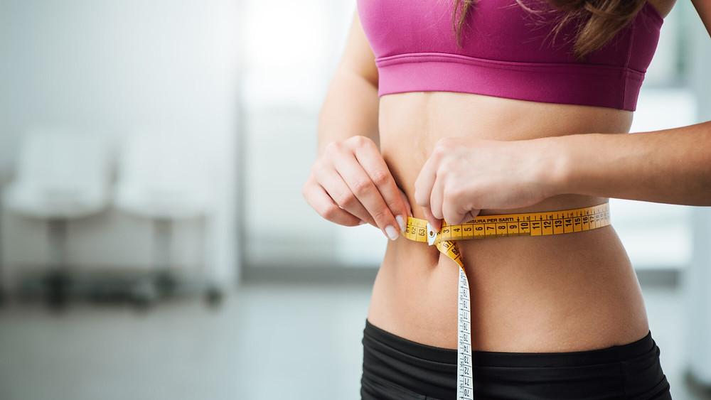 mulher medindo a cintura queima de gordura