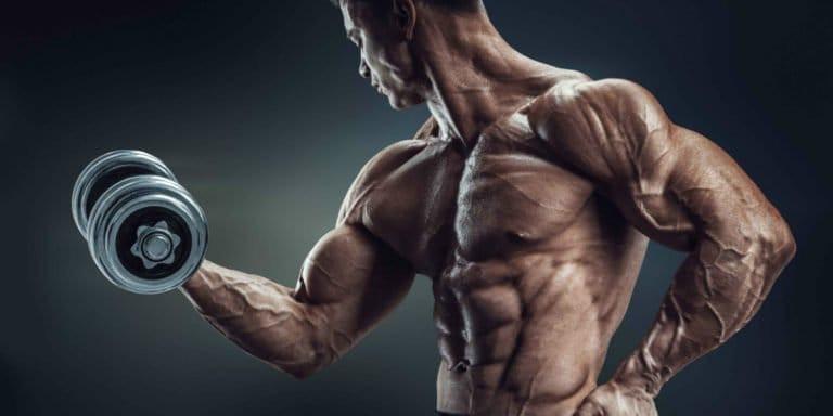 homem musculoso levantan peso para hipertrofia