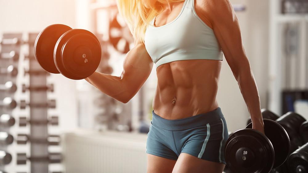 mulher levantando peso para hipertrofia