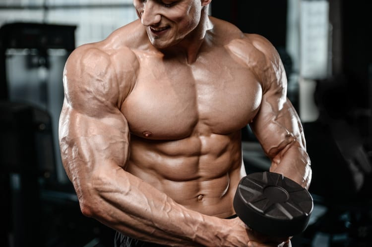 homem definido levantando peso
