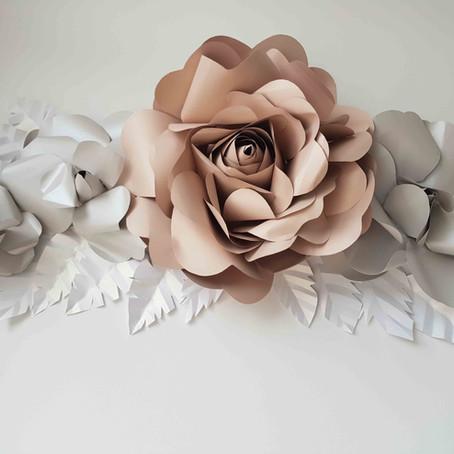 Rosas de papel de nácar en mural