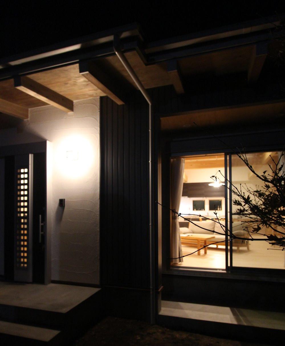 玄関灯が、白いホタテしっくいの壁に映えます