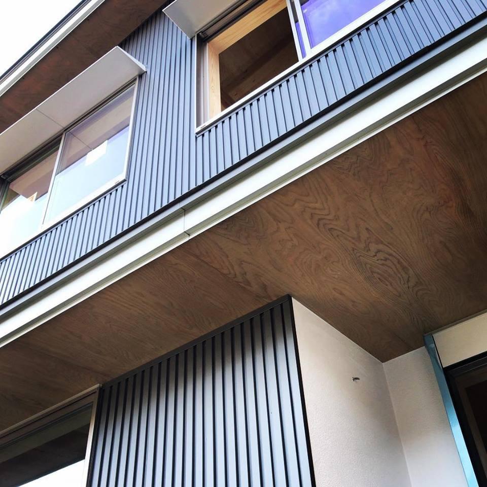 """日本瓦のギングロ色を金属で表現した""""和モダン""""の外観"""
