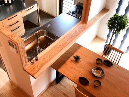 自然素材の空間には、無垢の木でできたキッチンを