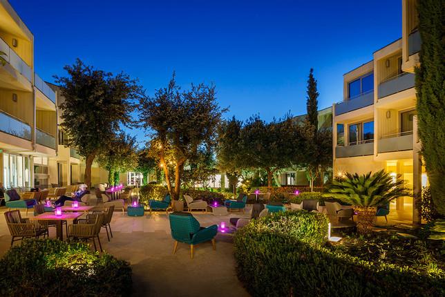 valamar-argosy-hotel-lobby-bar-garden-by
