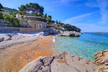 splendid-hotel-beach-pebble-sea.jpg