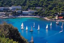 vis-hotel-beach-sea-sailing-boats.jpg