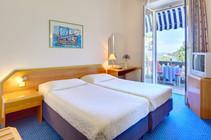 komodor-hotel-twin-room-balcony-seaview.