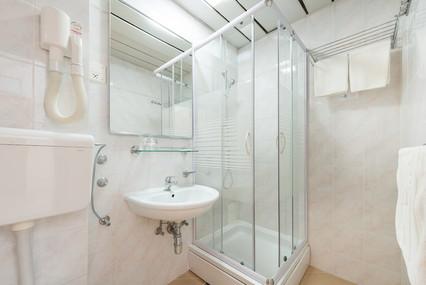 splendid-hotel-rooms-bathroom-shower.jpg
