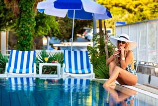 komodor-hotel-pool-sunumbrella.jpg