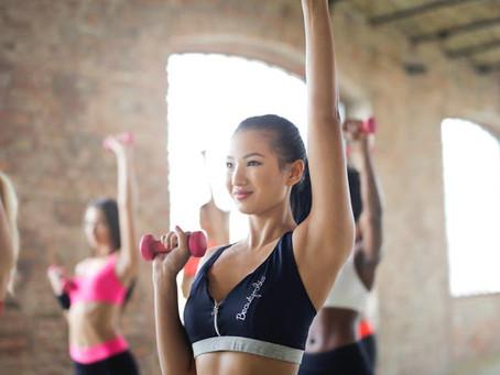 女性のダンベル筋トレメニュー|一週間のダイエットプログラム例
