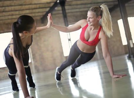 女性の大胸筋の筋トレメニュー|上部・内側・下部の鍛え方をアスリートが解説