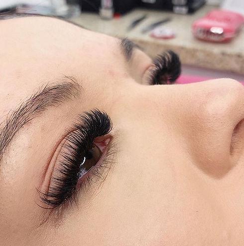 good lashes good mood good day 🌸 . . #l
