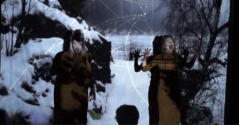 Indra Linderoth och Nina Jeppsson i OFF HIGHWAY mörkret sänker sig för att visa mig världen på PotatoPotato