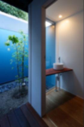 紫野の家 改装 リノベーション リフォーム 住宅 町家 2階建 木造 京都府 京都市 シンプル 和モダン トイレ 庭 緑 明るい 開放的な