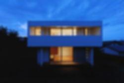 石垣の家 新築 住宅 2階建 木造 大分県 別府市 シンプル モダン 外観 夜景 デッキ