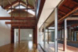 音羽の家 改装 建築家 リフォーム リノベーション 木造 住宅 2階建て 関西 滋賀県 蒲生郡 和モダン シンプル 古民家 倉庫 再生 2世帯住宅 シンプル 和モダン キッチン ダイニング リビング LDK 白い壁 おしゃれな 梁がむき出し デッキにつながる 開放的な吹抜け