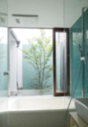 大心院の家 改装 リノベーション リフォーム 住宅 町家 2階建 木造 関西 京都府 京都市 シンプル 和モダン 浴室 庭が見えるお風呂 デザイナーズ ガラス