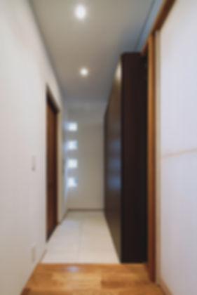 石垣の家 新築 住宅 2階建 木造 大分県 別府市 シンプル モダン 玄関 アクセントの小窓 収納たっぷり