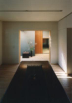 藤ノ木台の家 改装 リフォーム 住宅 1階 増築 RC コンクリート造 木造 関西 奈良県 奈良市 和モダン シンプル ダイニング リビング 庭 自然素材 和紙貼りの壁 無垢フローリング 建築家 デッキ テラスとつながる