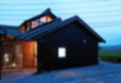 音羽の家 改装 建築家 リフォーム リノベーション 木造 住宅 2階建て 関西 滋賀県 蒲生郡 和モダン シンプル 古民家 倉庫 再生 2世帯住宅 外観 夜景 黒い外壁