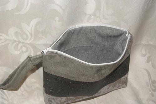 pochette grise et noire à mains